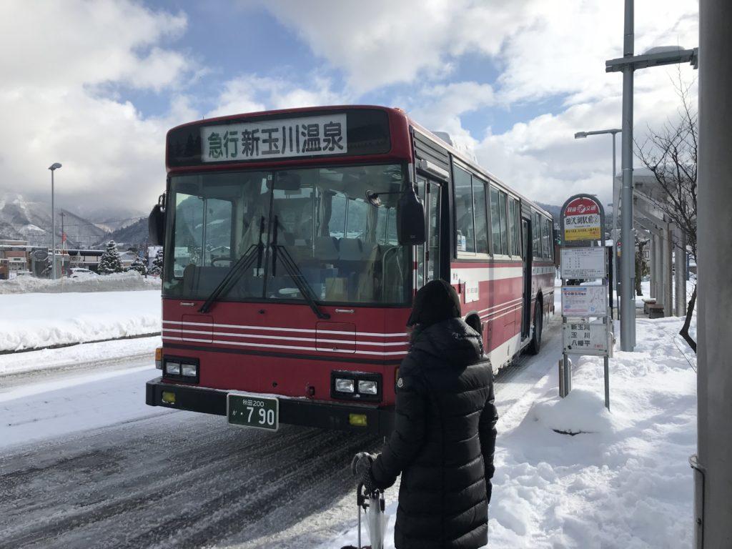 新玉川温泉行のバス